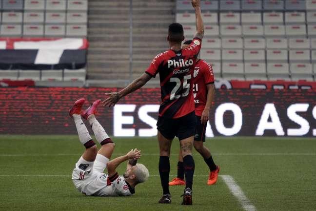 Flamengo perde para o Athletico-PR e fica mais longe do Bi