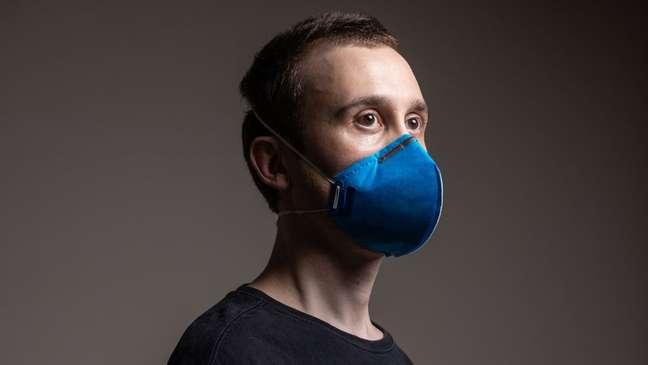 Máscaras como a PFF2 (foto) e N95 têm melhor adesão ao rosto do que máscaras de tecido
