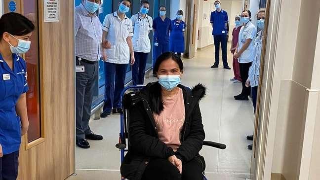 A enfermeira Eva Gicain recebeu uma salva de palmas da equipe do hospital depois de passar as primeiras semanas de vida de seu bebê em um hospital a 80 quilômetros de distância