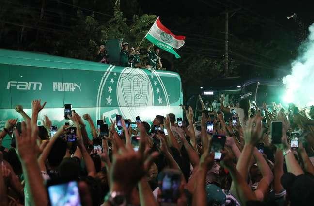 Torcida do Palmeiras recebe a delegação após o título da Libertadores