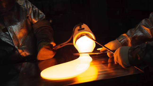 O vidro Valor da Corning é derretido e moldado ainda quente em tubos