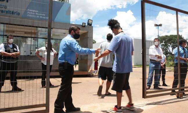 Estudantes chegam para realizar o Enem Digital no primeiro dia de provas em Brasília