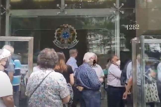 Médicos idosos enfrentam longa fila para receber vacina contra a covid-19