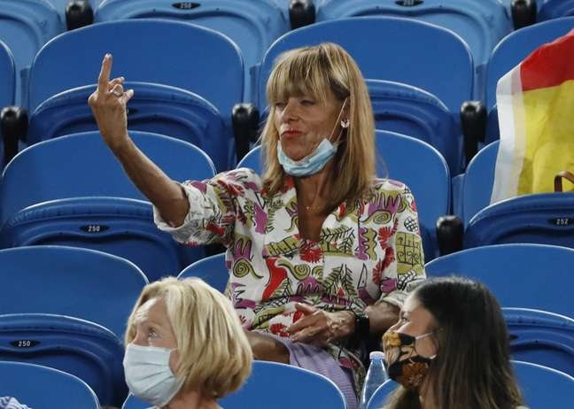 Torcedora mostra o dedo médio para Rafael Nadal