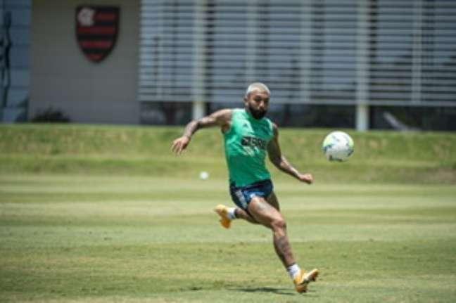 Gabigol vai completar 100 partidas com a camisa do Flamengo contra o Corinthians