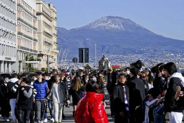 Aglomerações na orla de Nápoles, sul da Itália