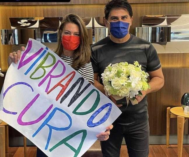 O apresentador César Filho, que recebeu alta do hospital após covid-19, ao lado da esposa