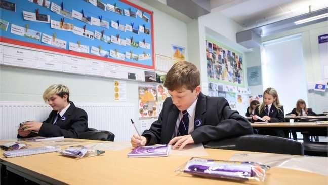 Escolas na Inglaterra reabrem a partir do dia 8 de março