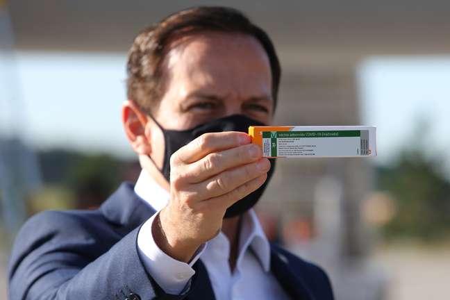 Governador João Doria segura caixa da CoronaVac 30/12/2020 REUTERS/Amanda Perobelli