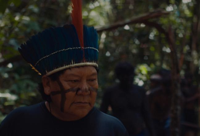 O escritor, xamã e líder político Davi Kopenawa Yanomami busca proteger as tradições de sua comunidade