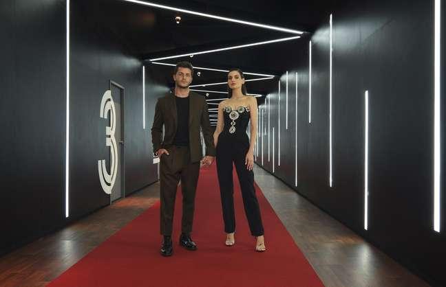 Camila Queiroz e Klebber Toledo comandam versão brasileira de Casamento às Cegas