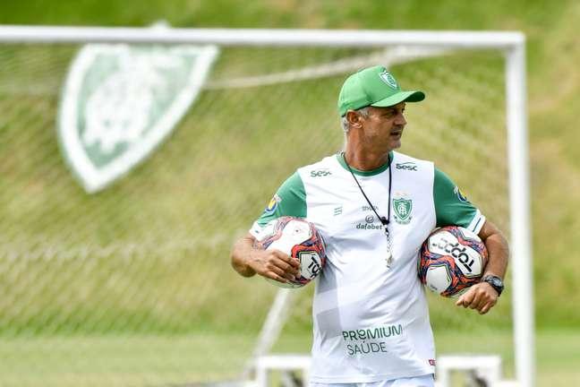 Lisca, o técnico do América-MG, fez um apelo para a CBF não realizar a Copa do Brasil agora