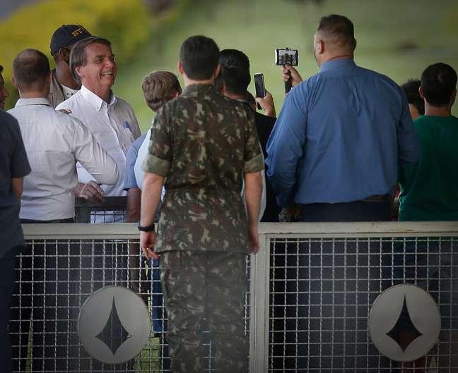 Bolsonaro conversa com simpatizantes na entrada do Palácio da Alvorada, em Brasília