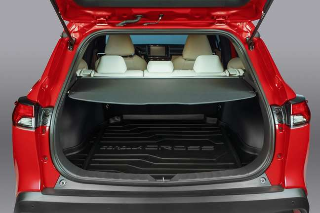 Porta-malas do Toyota Corolla Cross tem 440 litros de capacidade, menos do que na Tailândia.