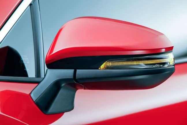 Retrovisor externo do Corolla Cross Hybrid, com o pisca-pisca integrado.