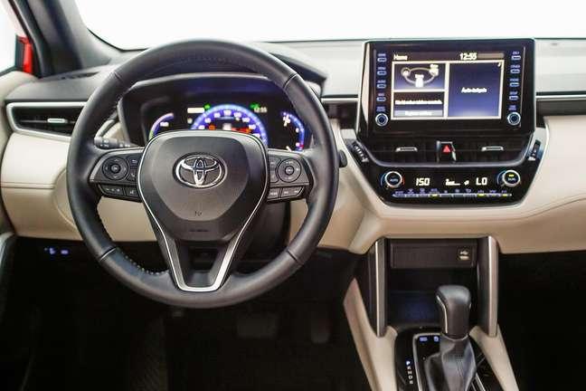 Interior na cor creme é um dos diferenciais do Corolla Cross Hybrid em relação ao 2.0 Flex.