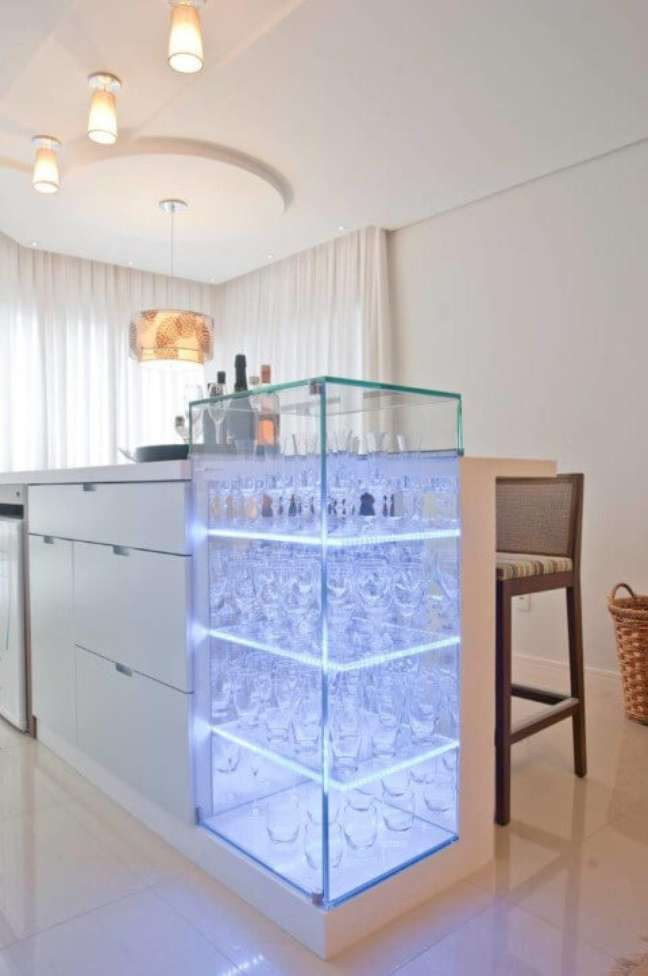 27. Cristaleira pequena de vidro com luz embutida – Foto Elcio Bianchini