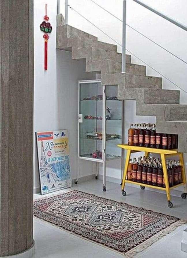 52. Cristaleira pequena embaixo da escada – Foto Dolce Casa Studio
