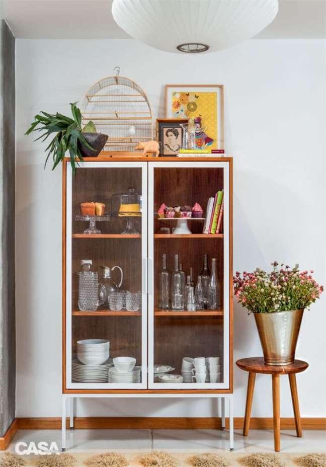35. Cristaleira pequena estilo retro na decoração moderna – Foto Casa Abril