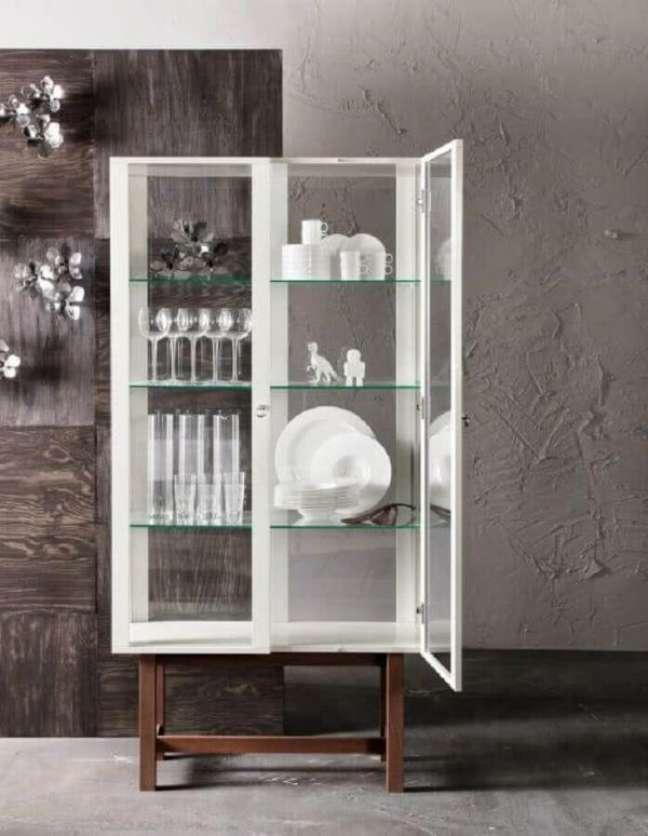 14. Cristaleira pequena branca com taças e pratos de luxo – Foto Jutarnji List