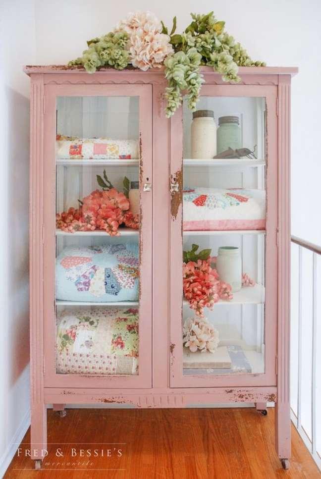 17. Cristaleira pequena cor de rosa no cantinho da decoração – Foto Fred e Bessies
