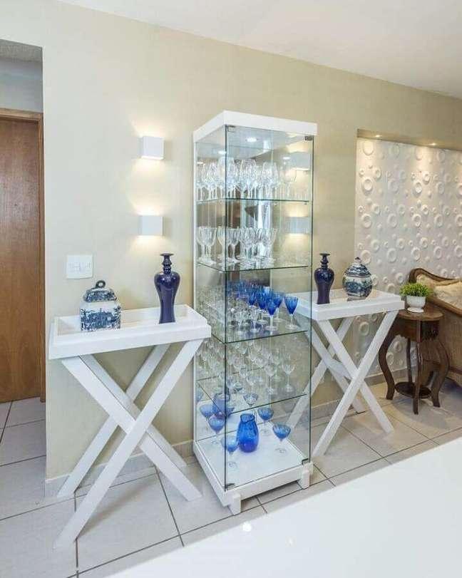 30. Cristaleira pequena de vidro na decoração moderna – Foto Renove Projetos
