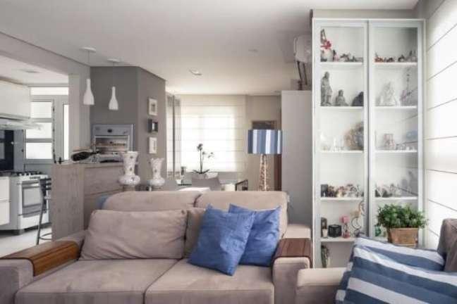 39. Cristaleira pequena na sala de estar – Foto Braccini Lima