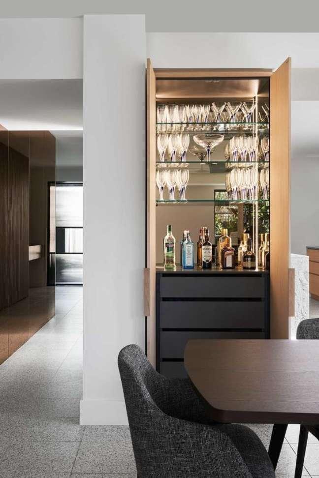 29. Cristaleira pequena de vidro escondida na sala de jantar – Foto Revista VD