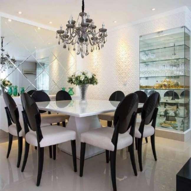 49. Sala de jantar moderna com cristaleira pequena Foto Viviane Maistro Giampini