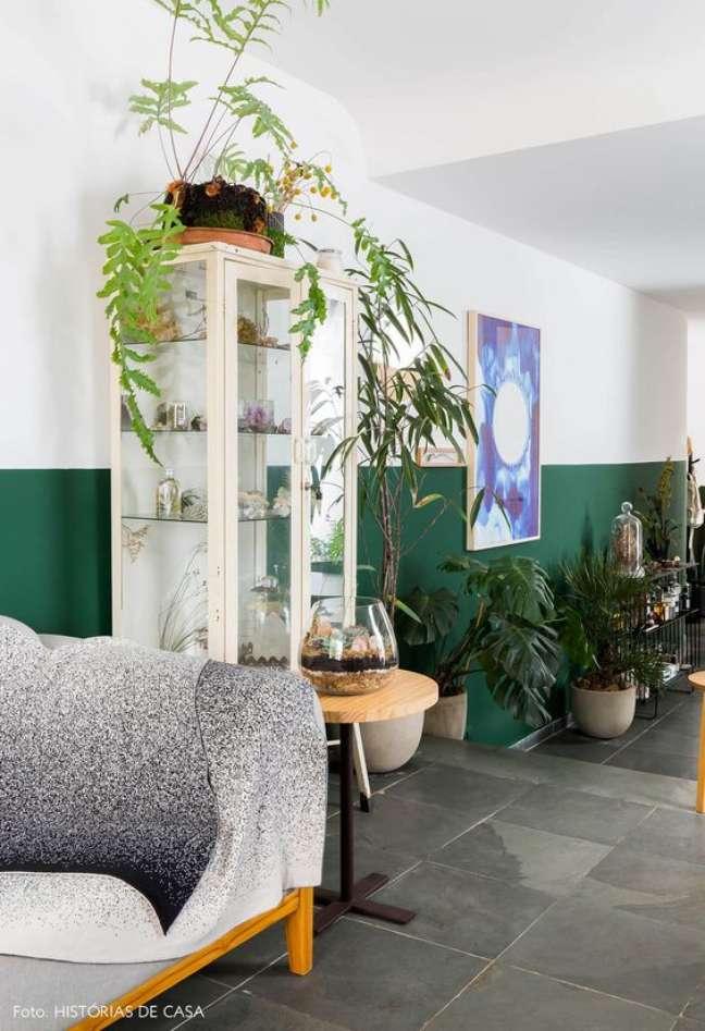 34. Cristaleira pequena de vidro para sala moderna verde – Foto Histórias de Asa