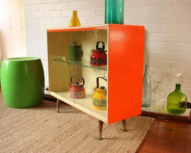 7. Cristaleira pequena de vidro na cor laranja – Foto Decor Facil