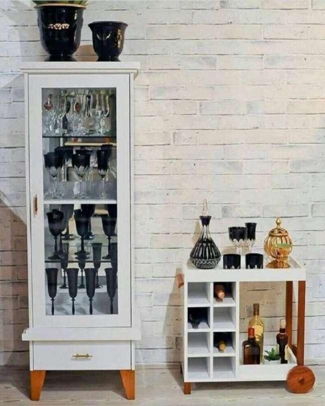 54. Cristaleira pequena e branca para decoração moderna – Foto Pinterest