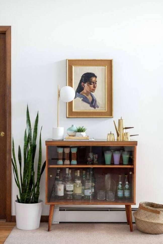 1. Cristaleira pequena de madeira – Foto Revista VD