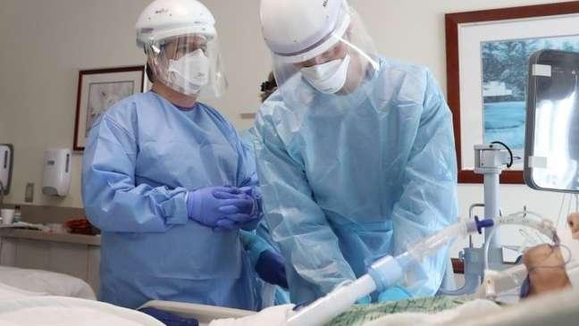 Médicos intubando paciente de covid-19 nos EUA; procedimento exige medicamentos que relaxem e deixem sedada a musculatura