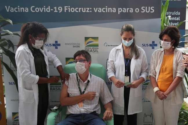 Vacinação com imunicante da AstraZeneca/Oxford na Fiocruz, Rio de Janeiro  23/1/2021 REUTERS/Ricardo Moraes