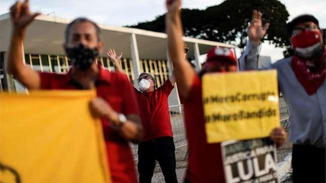 Manifestantes favoráveis ao ex-presidente Lula, incluindo o ex-ministro de governo petista Gilberto Carvalho, protestam em frente ao STF