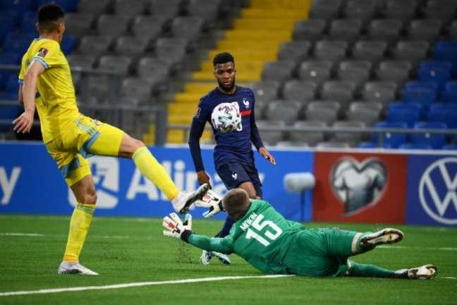 França conseguiu vitória apesar de grandes defesas de Mokin (FRANCK FIFE / AFP)