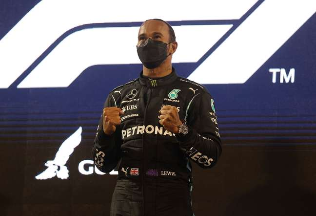 Lewis Hamilton comemora no pódio após vencer o Grande Prêmio do Barein de Fórmula 1 28/03/2021 Pool via REUTERS/Lars Baron