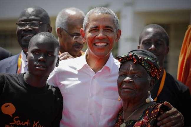 Barack Obama ao lado de um estudante e de Sarah Onyango