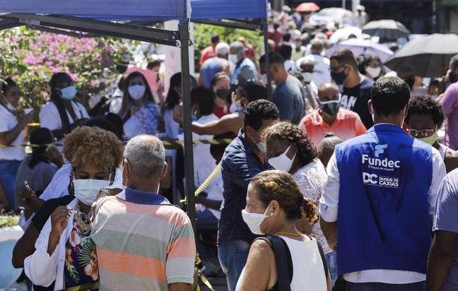 Fila para vacinação de idosos contra Covid-19 em Duque de Caxias 29/03/2021 REUTERS/Ricardo Moraes