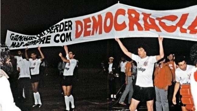 Jogadores do Corinthians se manifestam pelo fim da ditadura em uma das manifestações da 'Democracia Corintiana'