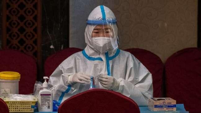 Os primeiros casos de coronavírus foram relatados na China - missão da OMS foi ao país em janeiro em busca de respostas