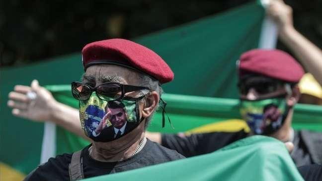 A cada vez que Bolsonaro testa os limites das instituições, isso as enfraquece, avalia Heloísa Starling