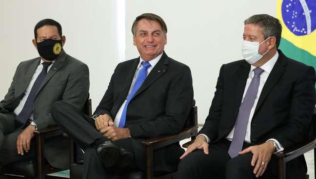 Jair Bolsonaro sentou entre Hamilton Mourão e Arthur Lira durante cerimônia