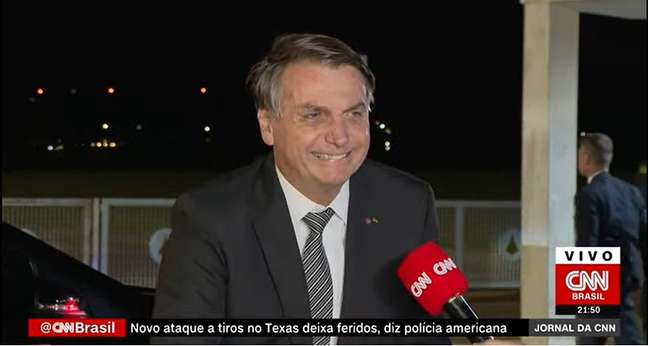 """Calmo, Bolsonaro conversou por 15 minutos com a equipe da CNN Brasil: """"Quanto menos falo com imprensa, mais em paz eu fico"""""""