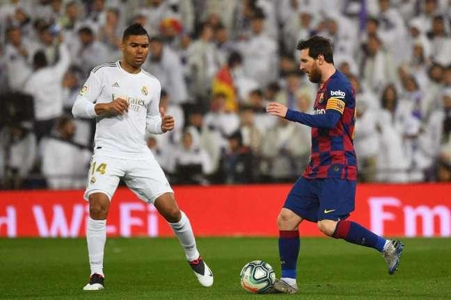 Dois pontos separam os gigantes espanhóis em La Liga (Foto: GABRIEL BOUYS / AFP)