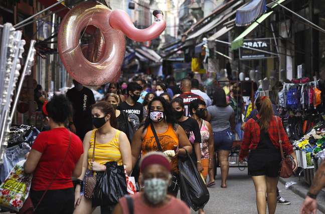 Consumidores fazem compras em rua comercial do Rio de Janeiro 16/09/2020 REUTERS/Ricardo Moraes