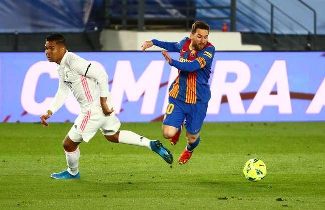 Messi tenta passar por Casemiro durante clássico espanhol