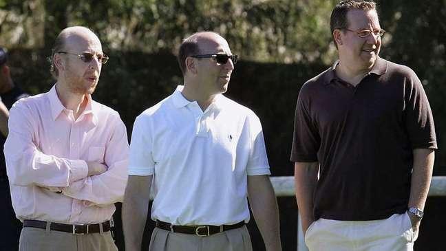 Avram Glazer, Joel Glazer e Bryan Glazer, na foto, fazem parte da família que detém uma participação majoritária no Manchester United, embora Avram tenha vendido algumas de suas ações em março