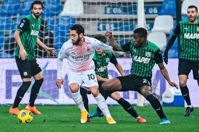Milan venceu o Sassuolo por 2 a 1 no primeiro turno (Foto: ALBERTO PIZZOLI / AFP)